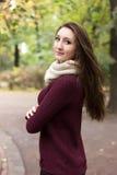 Flicka nära trädet i en parkera Royaltyfria Bilder