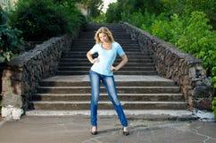 Flicka nära trappan Arkivfoto