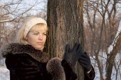 flicka nära tree Arkivfoto