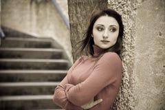 flicka nära väggen Royaltyfri Foto
