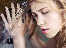 flicka nära vatten Royaltyfria Bilder