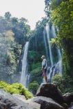 flicka nära vattenfallet arkivfoto