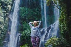 flicka nära vattenfallet royaltyfri foto