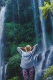 flicka nära vattenfallet arkivfoton
