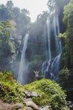 flicka nära vattenfallet royaltyfri fotografi
