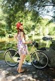 Flicka nära floden Fotografering för Bildbyråer