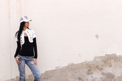 flicka nära väggen Royaltyfria Foton