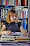 Flicka och böcker Royaltyfria Bilder