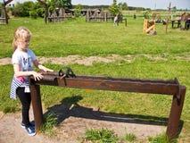 Flicka och bildande leksak utomhus Fotografering för Bildbyråer
