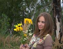 Flicka och blomma Royaltyfri Foto