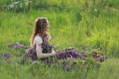 Flicka och blommor royaltyfri foto