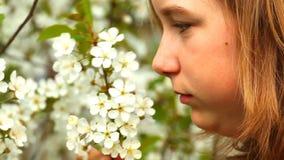 Flicka och blomning stock video