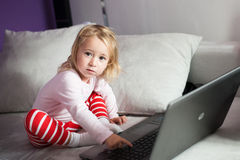 Flicka och dator Royaltyfri Fotografi