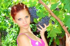 Flicka och druvor Fotografering för Bildbyråer