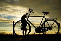 Flicka och en cykel Royaltyfri Bild