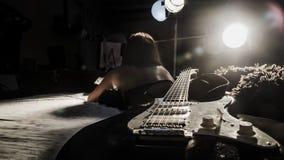 Flicka och en elektrisk gitarr Arkivfoto