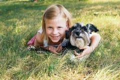 Flicka och en hund Arkivbilder