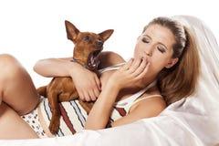 Flicka och en hund arkivfoton