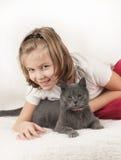 Flicka och en katt Fotografering för Bildbyråer