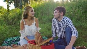 Flicka och en man på picknicken arkivfilmer