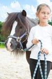 flicka och en ponny för en gå royaltyfria bilder