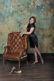 Flicka och en stol Royaltyfria Bilder