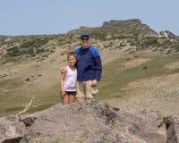 Flicka och farfar för tio som årig Amerasian har gyckel i monteringen Rainier National Park, Washington arkivbilder