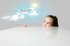 Flicka och flygplan i himmel Arkivbilder