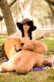 Flicka och gitarren Royaltyfria Bilder