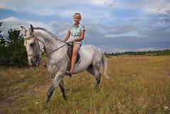 Flicka och grå häst Arkivbild