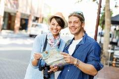 Flicka och grabb på gatorna av en stad royaltyfri foto