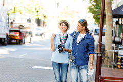 Flicka och grabb på gatorna av en stad royaltyfri bild