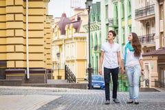 Flicka och grabb på gatorna av europeiska städer Arkivbilder