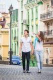 Flicka och grabb på gatorna av europeiska städer Royaltyfria Foton