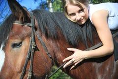 Flicka och häst. Fotograferat av en lins zeniten. Arkivfoton