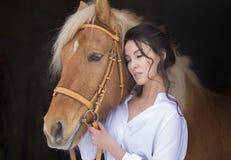 Flicka och häst på gå Royaltyfria Foton