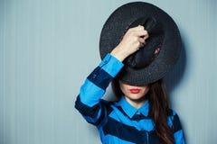 Flicka och hatt Arkivfoto