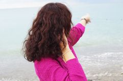 Flicka och havet arkivfoto