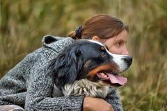 Flicka och hennes hund Arkivfoto