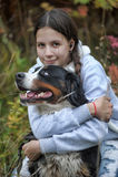 Flicka och hennes hund Arkivbild