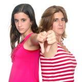 Flicka och hennes moder som ner gör handgest för tummar Arkivbilder