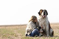 Flicka och hennes stora hund arkivfoto