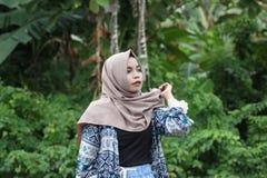 Flicka och hijab Arkivfoton