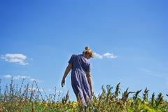 Flicka och himlen Arkivbild