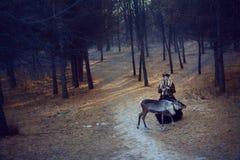 Flicka och hjortar i skogen Royaltyfria Bilder