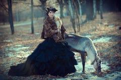 Flicka och hjortar i skogen Royaltyfria Foton
