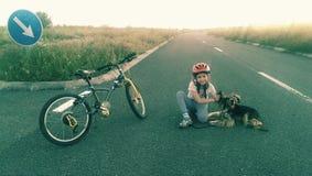 Flicka och hund i vägen arkivbild