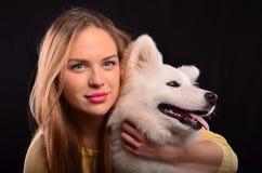 Flicka- och hundstående Arkivfoto