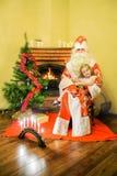 Flicka och Jultomte Ålder 5 år Arkivbild