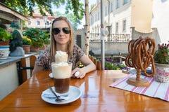 Flicka och kaffe med kräm arkivfoton